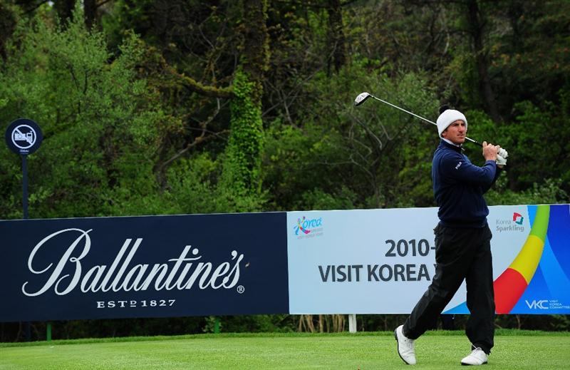 JEJU, SOUTH KOREA - APRIL 26:  Gonzalo Fernandez - Castano of Spain plays his tee shot on the 15th hole during the final round of the Ballantine's Championship at Pinx Golf Club on April 26, 2009 in Jeju, South Korea.  (Photo by Stuart Franklin/Getty Images)