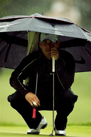 FARMINGDALE, NY - JUNE 18:  Justin Leonard waits under an umbrella on the second green during the first round of the 109th U.S. Open on the Black Course at Bethpage State Park on June 18, 2009 in Farmingdale, New York.  (Photo by Ross Kinnaird/Getty Images)