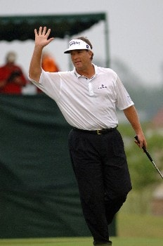 Peter Jacobson birdies the 18th hole in the rain  during   the final  round of the 2005 Blue Angels Classic  May 15 in Milton, Fl.Photo by Al Messerschmidt/WireImage.com