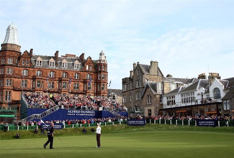ST ANDREWS, SCOTLAND - OCTOBER 05:  Simon Dyson of England celebrates on the 18th green after victory at the The Alfred Dunhill Links Championship at The Old Course on October 5, 2009 in St.Andrews, Scotland.  (Photo by David Cannon/Getty Images)