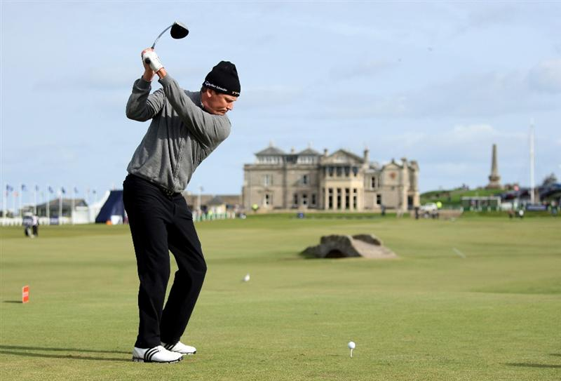 ST ANDREWS, SCOTLAND - OCTOBER 01:  Jarmo Sandelin of Sweden hits his tee-shot on the 18th hole during the first round of The Alfred Dunhill Links Championship at The Old Course on October 1, 2009 in St. Andrews, Scotland.  (Photo by Andrew Redington/Getty Images)