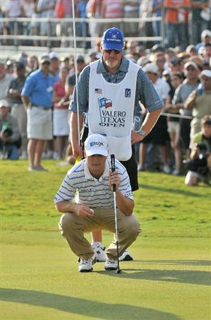 SAN ANTONIO- OCTOBER 12: Zach Johnson lines up a birdie putt on the 18th hole during the  fourth and final round of the Valero Texas Open held at La Cantera Golf Club on Sunday, October 12, 2008 in San Antonio, Texas.  (Photo by Marc Feldman\Getty Images)