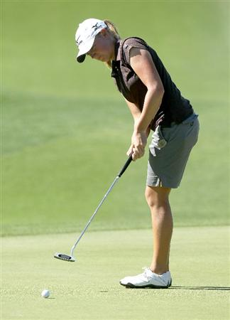 RANCHO MIRAGE, CA - MARCH 31:  Stacy Lewis putts on the second hole during the first round of the Kraft Nabisco Championship at Mission Hills Country Club on March 31, 2011 in Rancho Mirage, California.  (Photo by Stephen Dunn/Getty Images)