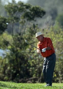 CHAMPIONS GATE, FLORIDA - DECEMBER 02:  Arnold Palmer chips on the 5th hole during the final round of the 2007 Del Webb Father Son Challenge on the International Course at Champions Gate Golf Club, on December 2, 2007 in Champions Gate, Florida,  (Photo by David Cannon/Getty Images)