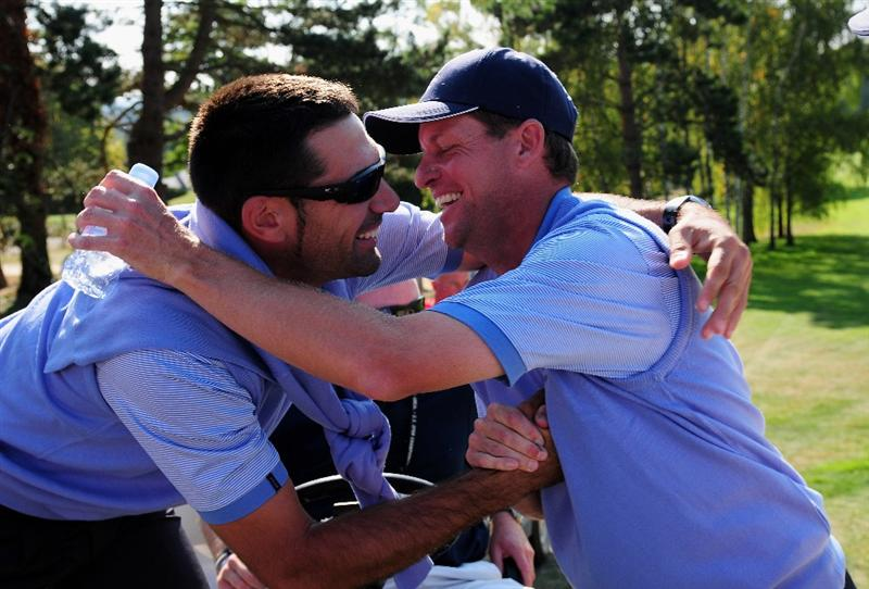 PARIS - SEPTEMBER 27:  Alvaro Quiros and Anders Hansen of the Continental Europe team embrace during the final day singles matches between Great Britain and Northern Ireland and Continental Europe at The Vivendi Trophy with Severiano Ballesteros at Saint - Nom - La Breteche golf course on September 27, 2009 in Paris, France.  (Photo by Stuart Franklin/Getty Images)