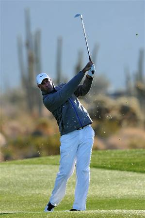 MARANA, AZ - FEBRUARY 23:  Stewart Cink hits an approach shot on the second hole during the first round of the Accenture Match Play Championship at the Ritz-Carlton Golf Club on February 23, 2011 in Marana, Arizona.  (Photo by Stuart Franklin/Getty Images)
