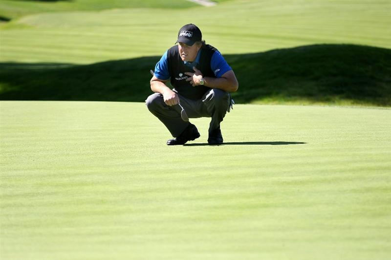 PACIFIC PALISADES, CA - FEBRUARY 19:  Phil Mickelson lines up his putt on the seventh hole during the first round of the Northern Trust Open at Riviera Country Club February 19, 2009 in Pacific Palisades. California.  (Photo by Stephen Dunn/Getty Images)