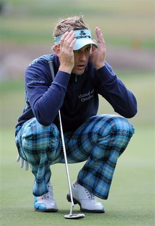 THOUSAND OAKS, CA - DECEMBER 06:  Ian Poulter of England lines up his putt on the 16th green during the fourth round of the Chevron World Challenge at Sherwood Country Club on December 6, 2009 in Thousand Oaks, California.  (Photo by Harry How/Getty Images)