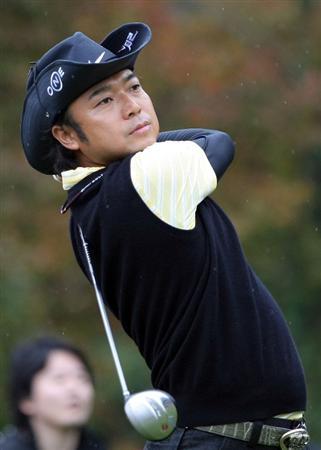GOTENBA, JAPAN - NOVEMBER 16:  Shingo Katayama of Japan hits a shot on the 5th hole during the Mitsui Sumitomo Visa Taiheiyo Masters at Taiheiyo Club on November 16, 2008 in Gotenba, Shizuoka, Japan.  (Photo by Koichi Kamoshida/Getty Images)