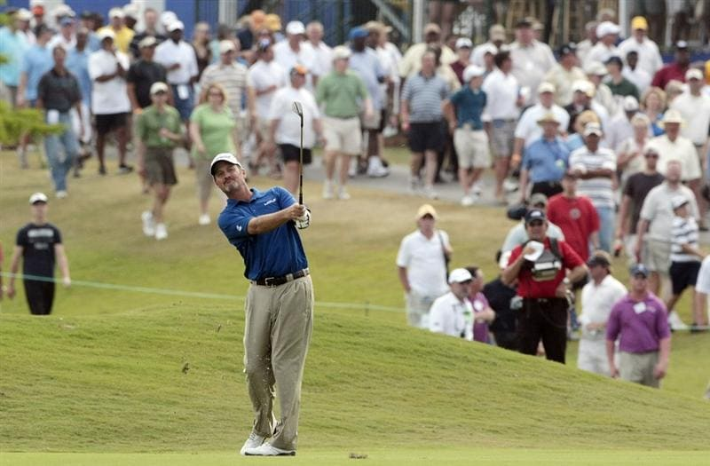 AVONDALE, LA - APRIL 26: Jerry Kelly hits his approach shot to the 18th green during the final round of the Zurich Classic at TPC Louisiana on April 26, 2009  in Avondale, Louisiana. (Photo by Dave Martin/Getty Images)