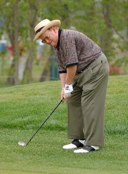 Bob Murphy chips into the eighth green during the first round of the 2005 Liberty Mutual Legends of Golf tournament at the Westin Savannah Harbor Golf Resort & Spa on April 22, 2005 in Savannah, Georgia.Photo by Al Messerschmidt/WireImage.com