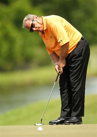 LUTZ, FL - APRIL 16:  Fuzzy Zoeller makes a birdie on the  10th hole during the second round of the Outback Steakhouse Pro-Am at the TPC of Tampa on April 16, 2011 in Lutz, Florida.  (Photo by Mike Ehrmann/Getty Images)