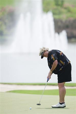CHON BURI, THAILAND - FEBRUARY 19:  Laura Davies of England puts on the 8th green during round two of the Honda LPGA Thailand at the Siam Country Club on February 19, 2010 in Chon Buri, Thailand.  (Photo by Victor Fraile/Getty Images)