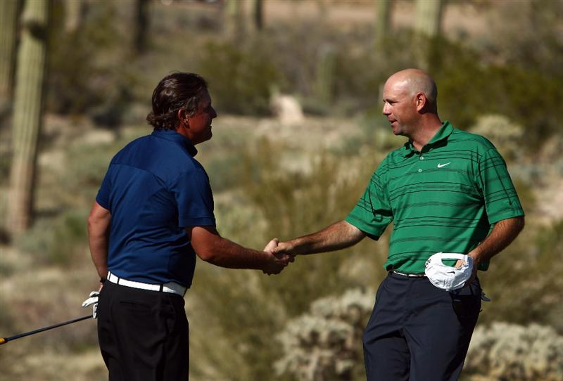 MARANA, AZ - FEBRUARY 27:  Stewart Cink shakes the hand of Phil Mickelson after Cink's 1-Up victory in the 18th hole during the third round of the Accenture Match Play Championships at the Ritz-Carlton Golf Club at Dove Mountain on February 27, 2009 in Marana, Arizona. Mickelson lost to Stewart Cink 1-Up. (Photo by Donald Miralle/Getty Images)