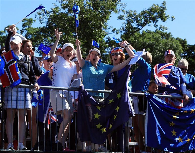 SUGAR GROVE, IL - AUGUST 23:  European fans cheer as the players approach the first tee during the Sunday singles matches at the 2009 Solheim Cup at Rich Harvest Farms on August 23, 2009 in Sugar Grove, Illinois.  (Photo by David Cannon/Getty Images)