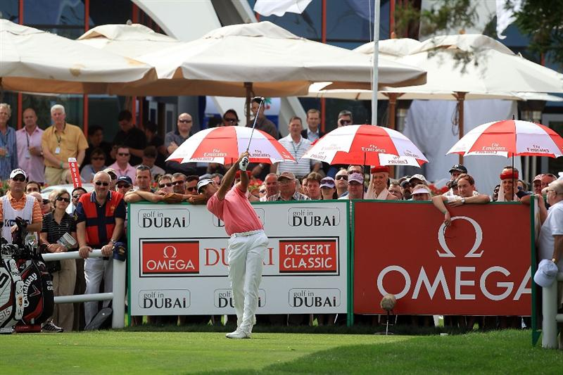 DUBAI, UNITED ARAB EMIRATES - FEBRUARY 07: Alvaro Quiros of Spain plays his tee shot at the 1st hole during the final round of the 2010 Omega Dubai Desert Classic on the Majilis Course at the Emirates Golf Club on February 7, 2010 in Dubai, United Arab Emirates.  (Photo by David Cannon/Getty Images)