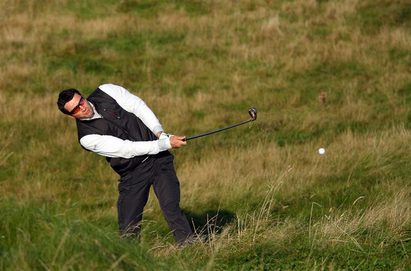 KINGSBARNS, UNITED KINGDOM - OCTOBER 02: Heavyweight boxing champion Wladimir Klitschko plays out from the rough on the 10th hole during the first round of The Alfred Dunhill Links Championship at Kingsbarns Golf Links on October 2, 2008 in Kingbarns, Scotland. (Photo by Andrew Redington/Gettyimages)