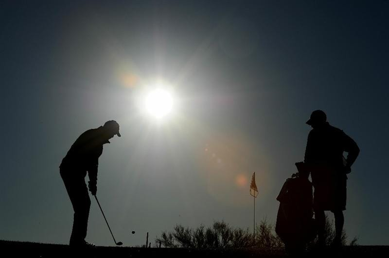 MARANA, AZ - FEBRUARY 23:  Stewart Cink (L) chips on the first hole during the first round of the Accenture Match Play Championship at the Ritz-Carlton Golf Club on February 23, 2011 in Marana, Arizona.  (Photo by Stuart Franklin/Getty Images)