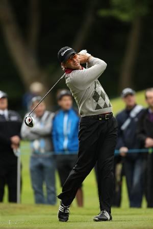 VIRGINIA WATER, ENGLAND - MAY 26:  Retief Goosen of South Africa tees off during the first round of the BMW PGA Championship at Wentworth Club on May 26, 2011 in Virginia Water, England.  (Photo by Ian Walton/Getty Images)