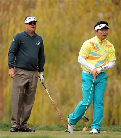 THOUSAND OAKS, CA - DECEMBER 05:  Y. E. Yang of South Korea and Kenny Perry watch a shot  on the fifth hole during the third round of the Chevron World Challenge at Sherwood Country Club on December 5, 2009 in Thousand Oaks, California.  (Photo by Harry How/Getty Images)
