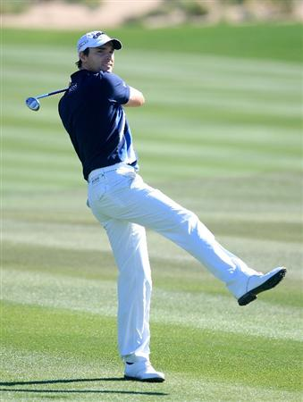 MARANA, AZ - FEBRUARY 26:  Oliver Wilson of England watches his approach shot on the second hole during the second round of the Accenture Match Play Championship at the Ritz-Carlton Golf Club at Dove Mountain on February 26, 2009 in Marana, Arizona.  (Photo by Scott Halleran/Getty Images)