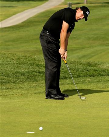 LA JOLLA, CA - JANUARY 29:  Phil Mickelson makes a birdie putt on the 14th hole at the North Course at Torrey Pines Golf Course during the second round of the Farmers Insurance Open on January 29, 2010 in La Jolla, California.  (Photo by Stephen Dunn/Getty Images)