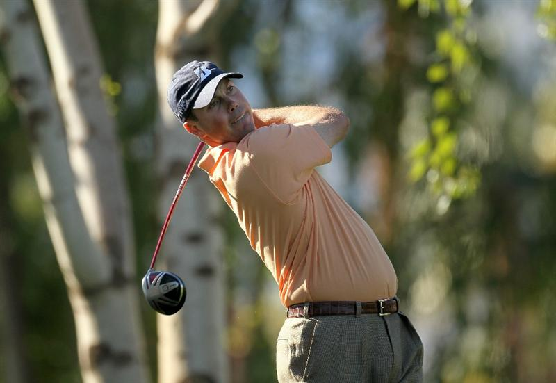 LA QUINTA, CA - JANUARY 25:  Matt Kuchar his tee shot on the second hole at the Palmer Private course at PGA West during the final round of the Bob Hope Classic on January 25, 2010 in La Quinta, California.  (Photo by Stephen Dunn/Getty Images)