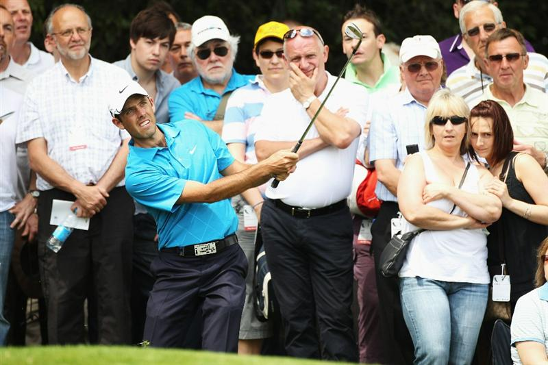 VIRGINIA WATER, ENGLAND - MAY 21:  Charles Schwartzel of South Africa plays a chip shot at the 18th during the second round of the BMW PGA Championship on the West Course at Wentworth on May 21, 2010 in Virginia Water, England.  (Photo by Warren Little/Getty Images)