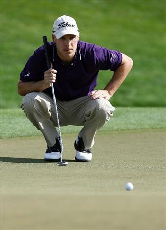 PALM BEACH GARDENS, FL - MARCH 07:  Ben Crane lines up a putt on the ninth hole during the third round of The Honda Classic at PGA National Resort and Spa on March 7, 2009 in Palm Beach Gardens, Florida.  (Photo by Doug Benc/Getty Images)