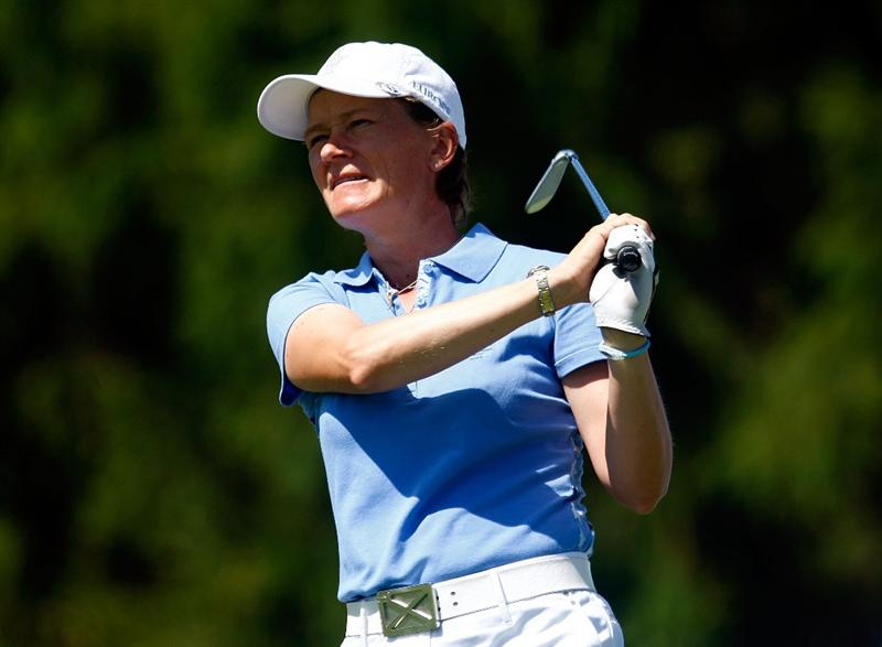 SUGAR GROVE, IL - AUGUST 23:  Catriona Matthew of the European Team watches her tee shot on the third hole during the Sunday singles matches at the 2009 Solheim Cup at Rich Harvest Farms on August 23, 2009 in Sugar Grove, Illinois.  (Photo by Scott Halleran/Getty Images)