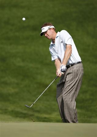 GRAND BLANC, MI - JULY 30: Tim Petrovic chips to the first green during the first round of the Buick Open at Warwick Hills Golf and Country Club on July 30, 2009 in Grand Blanc, Michigan.  (Photo by Gregory Shamus/Getty Images)