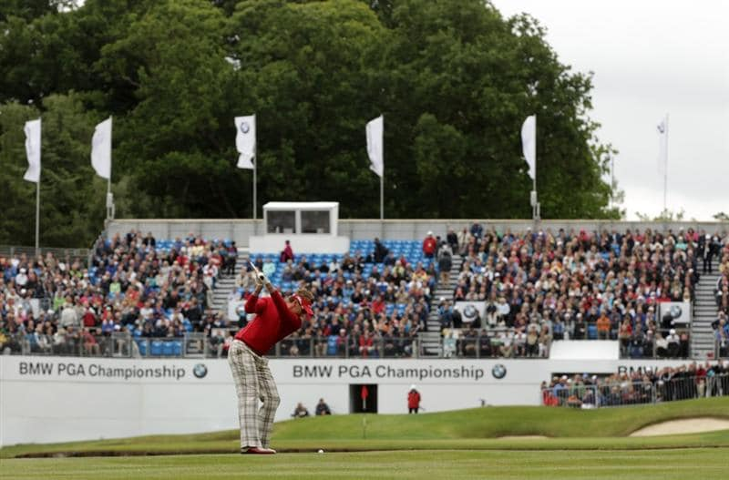 VIRGINIA WATER, ENGLAND - MAY 28:  Ian Poulter of England hits his 3rd shot on the 18th hole during the third round of the BMW PGA Championship at the Wentworth Club on May 28, 2011 in Virginia Water, England.  (Photo by Ross Kinnaird/Getty Images)