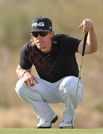 MARANA, AZ - FEBRUARY 25:  Hunter Mahan lines upo his putt on the 17th hole during the third round of the Accenture Match Play Championship at the Ritz-Carlton Golf Club on February 25, 2011 in Marana, Arizona.  (Photo by Stuart Franklin/Getty Images)