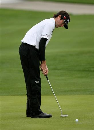 LA QUINTA, CA - JANUARY 22:  Bubba Watson makes a birdie putt on the 9th hole at Silver Rock Resort during the second round of the Bob Hope Classic on January 22, 2010 in La Quinta, California.  (Photo by Stephen Dunn/Getty Images)