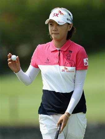 SINGAPORE - FEBRUARY 24:  Na Yeon Choi of South Korea waves to the crowd on the 18th hole during the first round of the HSBC Women's Champions at the Tanah Merah Country Club on February 24, 2011 in Singapore.  (Photo by Andrew Redington/Getty Images)