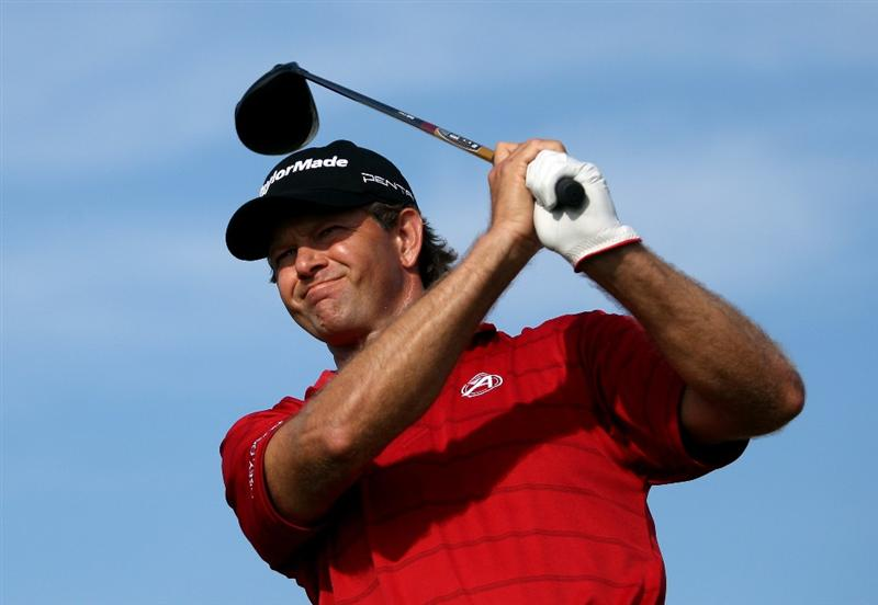 VILAMOURA, PORTUGAL - OCTOBER 18:  Retief Goosen of South Africa hits his tee-shot on the tenth hole during the final round of the Portugal Masters at the Oceanico Victoria Golf Course on October 18, 2009 in Vilamoura, Portugal.  (Photo by Andrew Redington/Getty Images)
