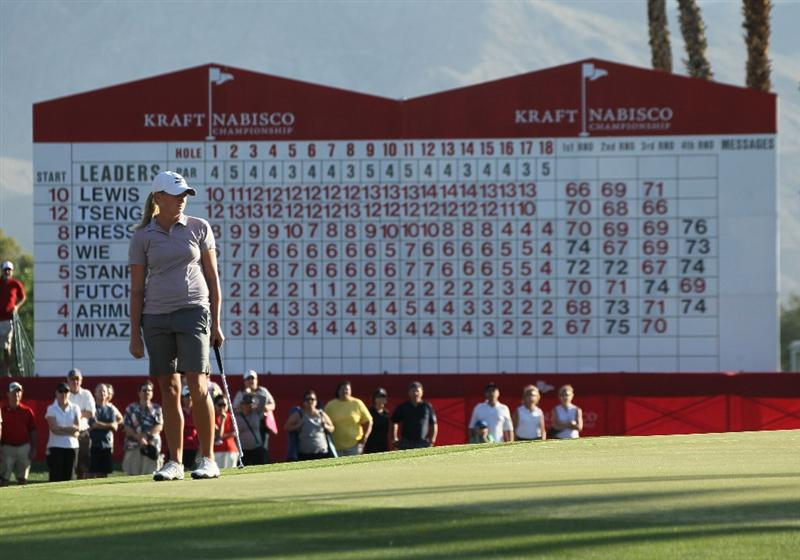 RANCHO MIRAGE, CA - APRIL 03:  Stacy Lewis watches her first putt on the 18th hole during the final round of the Kraft Nabisco Championship at Mission Hills Country Club on April 3, 2011 in Rancho Mirage, California.  (Photo by Stephen Dunn/Getty Images)