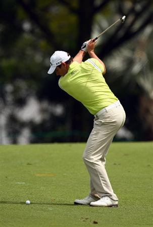 SINGAPORE - NOVEMBER 14:  Oliver Wilson of England plays an approach shot during the second round of the Barclays Singapore Open at Sentosa Golf Club on November 14, 2008 in Singapore.  (Photo by Ian Walton/Getty Images)