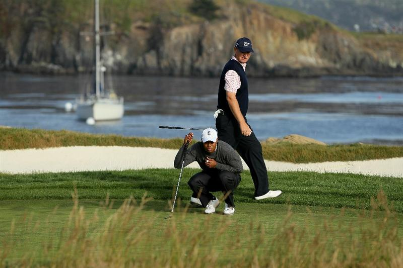PEBBLE BEACH, CA - JUNE 17:  Tiger Woods lines up his putt on the 17th green as Ernie Els of South Africa looks on during the first round of the 110th U.S. Open at Pebble Beach Golf Links on June 17, 2010 in Pebble Beach, California.  (Photo by Jeff Gross/Getty Images)