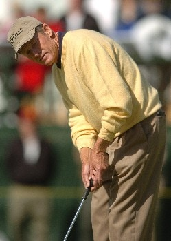 Mike Reid putts on the 18th green during the second round of the Champions' Tour 2005 Toshiba Senior Classic at  the Newport Beach Country Club in Newport Beach, California March 19, 2005.
