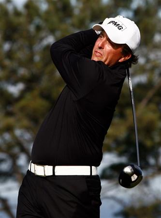LA JOLLA, CA - FEBRUARY 08: Phil Mickelson hits a tee shot on the second hole during the final round of the the Buick Invitational at the Torrey Pines Golf Course on February 8, 2009 in La Jolla, California. (Photo by Jeff Gross/Getty Images)