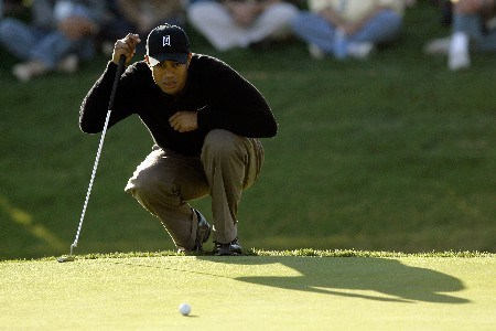 THOUSAND OAKS, CA - DECEMBER 14:  Tiger Woods lines up his putt on the 18th green on his way to ending the day with a course record 10 under par during the second round of the Target World Challenge at the Sherwood Country Club on December 14, 2007 in Thousand Oaks, California.  (Photo by Danny Moloshok/Getty Images)