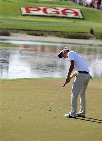 PALM BEACH GARDENS, FL - MARCH 08:  Fredrik Jacobson putts on the 17th hole during the final round of The Honda Classic at PGA National Resort and Spa on March 8, 2009 in Palm Beach Gardens, Florida.  (Photo by Doug Benc/Getty Images)