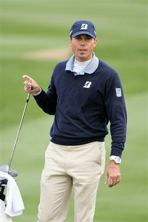 MARANA, AZ - FEBRUARY 26:  Matt Kuchar pulls a club from his bag to hit his third shot on the third hole during the semifinal round of the Accenture Match Play Championship at the Ritz-Carlton Golf Club on February 26, 2011 in Marana, Arizona.  (Photo by Andy Lyons/Getty Images)