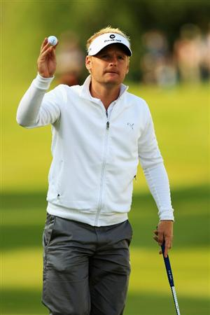 VIRGINIA WATER, ENGLAND - MAY 20:  Soren Kjeldsen of Denmark acknowledges the crowd on the 18th hole during the first round of the BMW PGA Championship on the West Course at Wentworth on May 20, 2010 in Virginia Water, England.  (Photo by Warren Little/Getty Images)