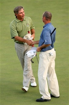 AUGUSTA, GA - APRIL 11:  Fred Couples (L) shakes hands with Jerry Kelly on the 18th green during the second round of the 2008 Masters Tournament at Augusta National Golf Club on April 11, 2008 in Augusta, Georgia.  (Photo by Andrew Redington/Getty Images)