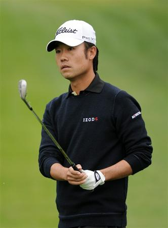 PACIFIC PALISADES, CA - FEBRUARY 19:  Kevin Na watches his third shot on the 15th hole during the third round of the Northern Trust Open at the Riviera Contry Club on February 19, 2011 in Pacific Palisades, California.  (Photo by Harry How/Getty Images)
