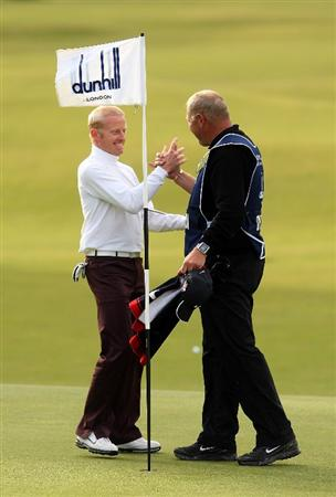 ST ANDREWS, SCOTLAND - OCTOBER 05:  Simon Dyson of England is congratulated by his caddie on the 18th green after victory at the The Alfred Dunhill Links Championship at The Old Course on October 5, 2009 in St.Andrews, Scotland.  (Photo by Andrew Redington/Getty Images)
