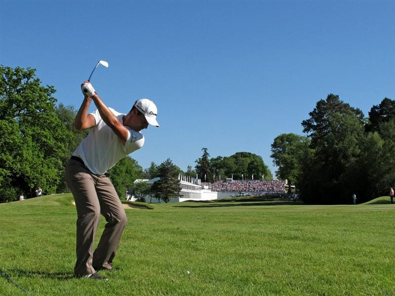 VIRGINIA WATER, ENGLAND - MAY 23:  Simon Khan of England hits his approach shot to the 18th green during the final round of the BMW PGA Championship on the West Course at Wentworth on May 23, 2010 in Virginia Water, England.  (Photo by Andrew Redington/Getty Images)