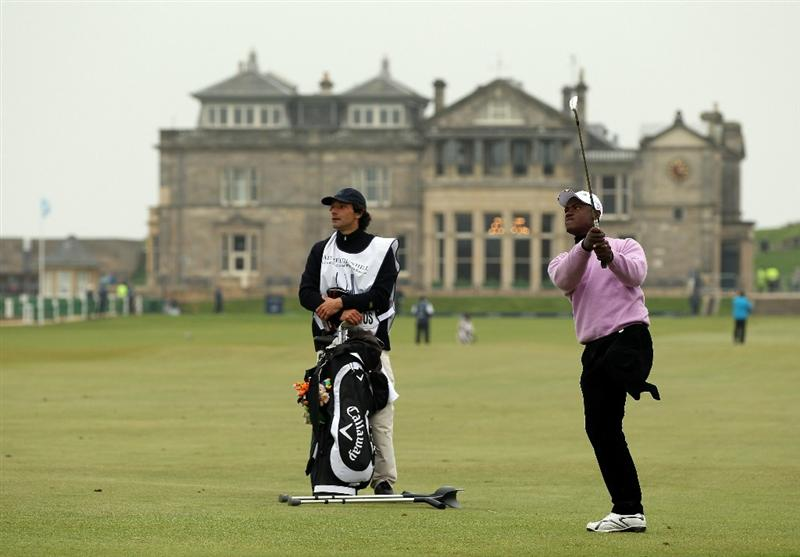 ST ANDREWS, SCOTLAND - OCTOBER 09:  Manuel De Los Santos an the par four 1st hole during the third round of The Alfred Dunhill Links Championship at The Old Course on October 9, 2010 in St Andrews, Scotland.  (Photo by Ross Kinnaird/Getty Images)